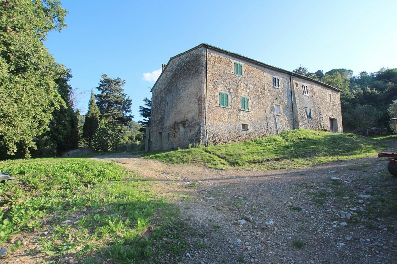 Farmhouse with outbuildings and 40 ha of land