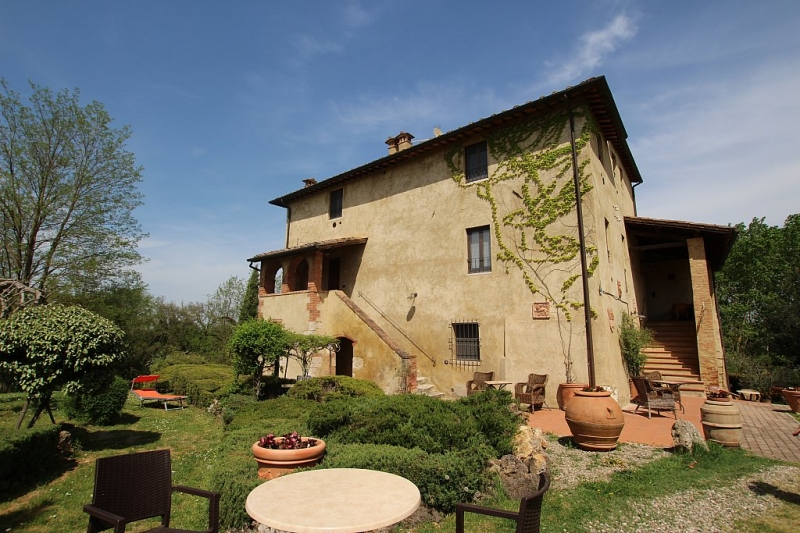 For sale agriturismo divided into 10 apartments set in 1 ha of land with swimming pool